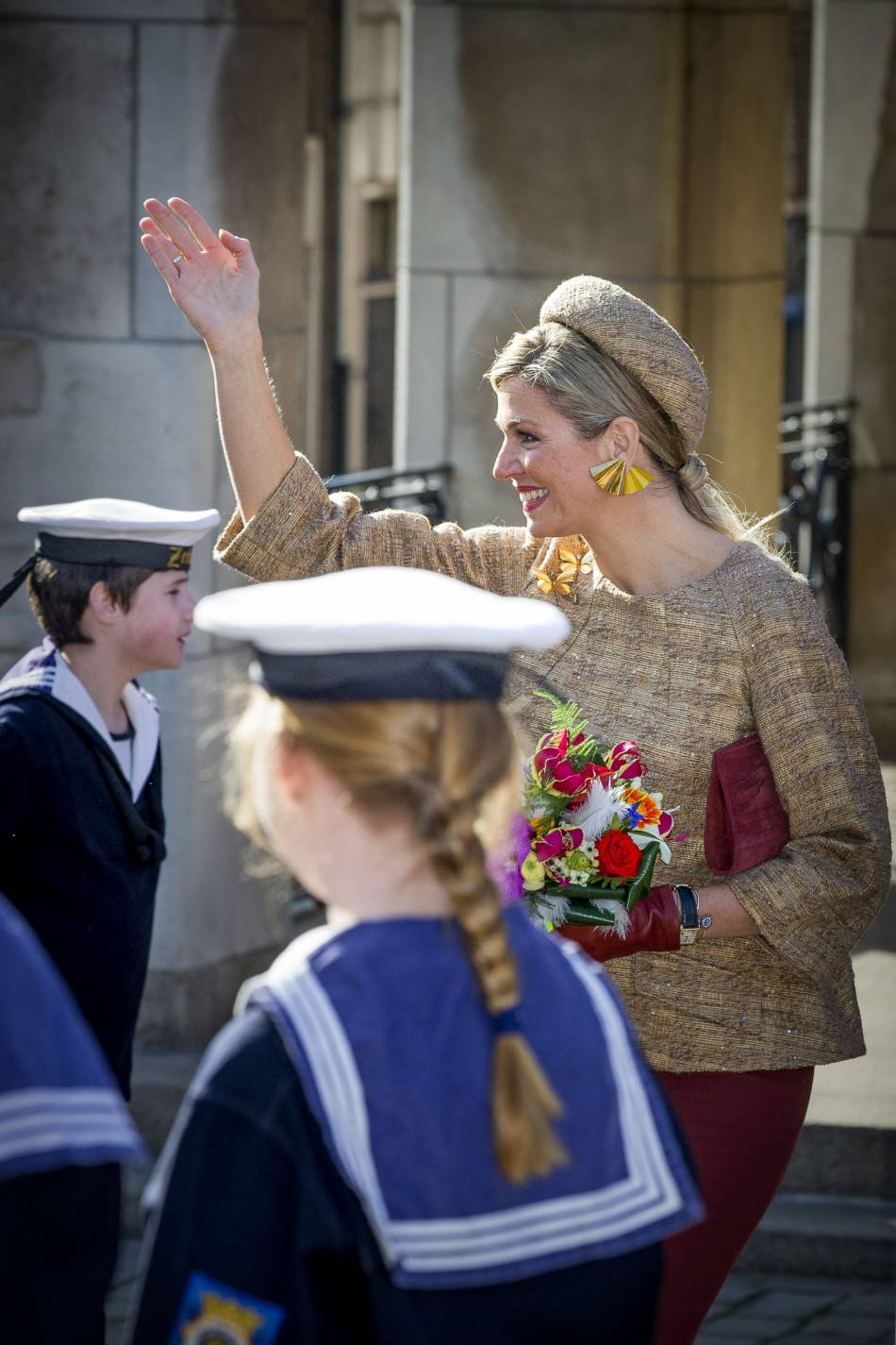 Maxima des Pays-Bas mise sur des accessoires originaux, comme le chapeau beige et les boucles d'oreilles en forme d'éventails.