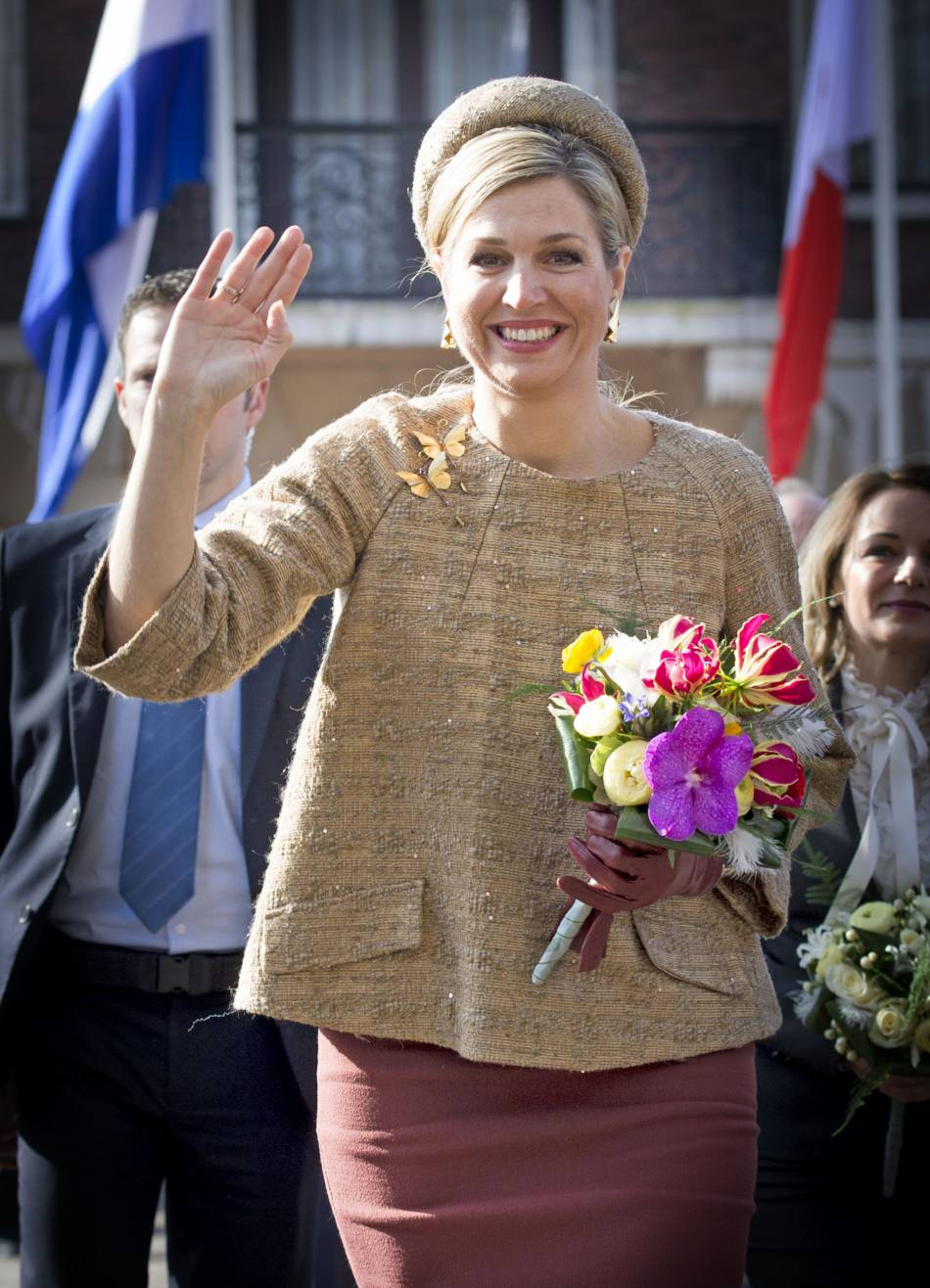 Maxima des Pays-Bas opte une jupe bordeaux et un pull en fine laine dorée.