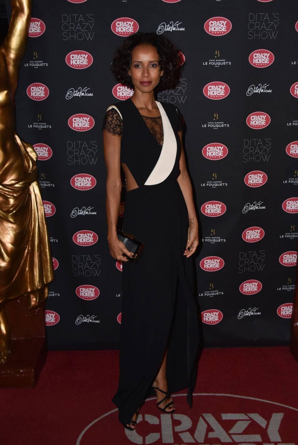 Sonia Rolland se dévoile plus glamour que jamais dans cette robe bimatière.