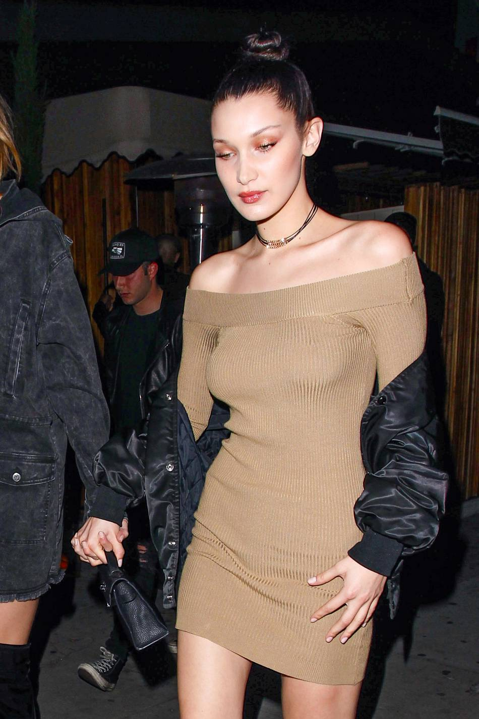 Bella Hadid mise sur un look rétro glamour et affiche sa silhouette de rêve dans une robe moulante.