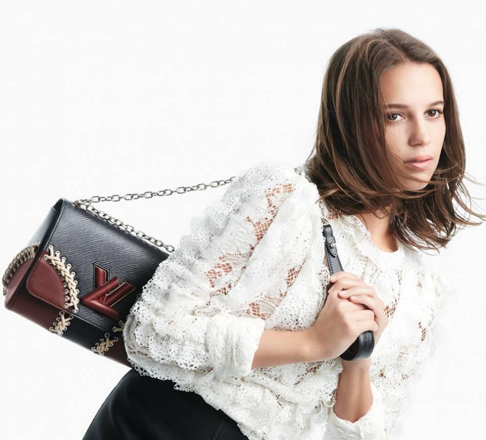 """Alicia Vikander livre un twist endiablé pour mettre en avant le nouveau sac """"Twist"""" de Louis Vuitton."""