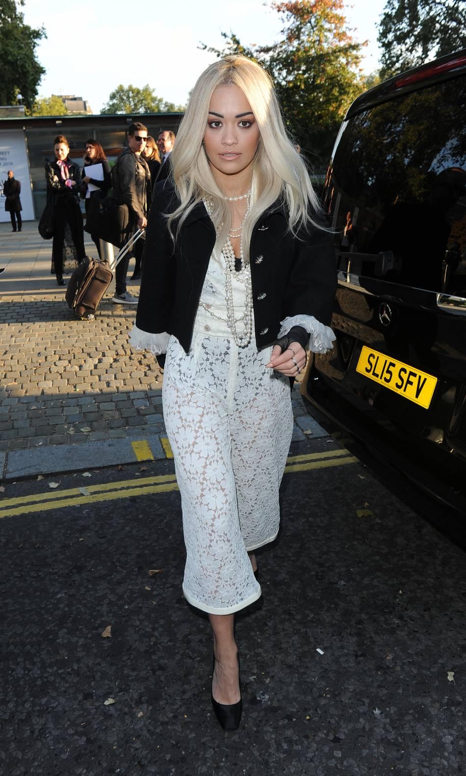Rita Ora se dévoile dans les backstages d'un shooting sexy.