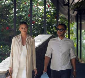 Chrissy Teigen : working girl sexy et glamour pour afficher son baby bump !