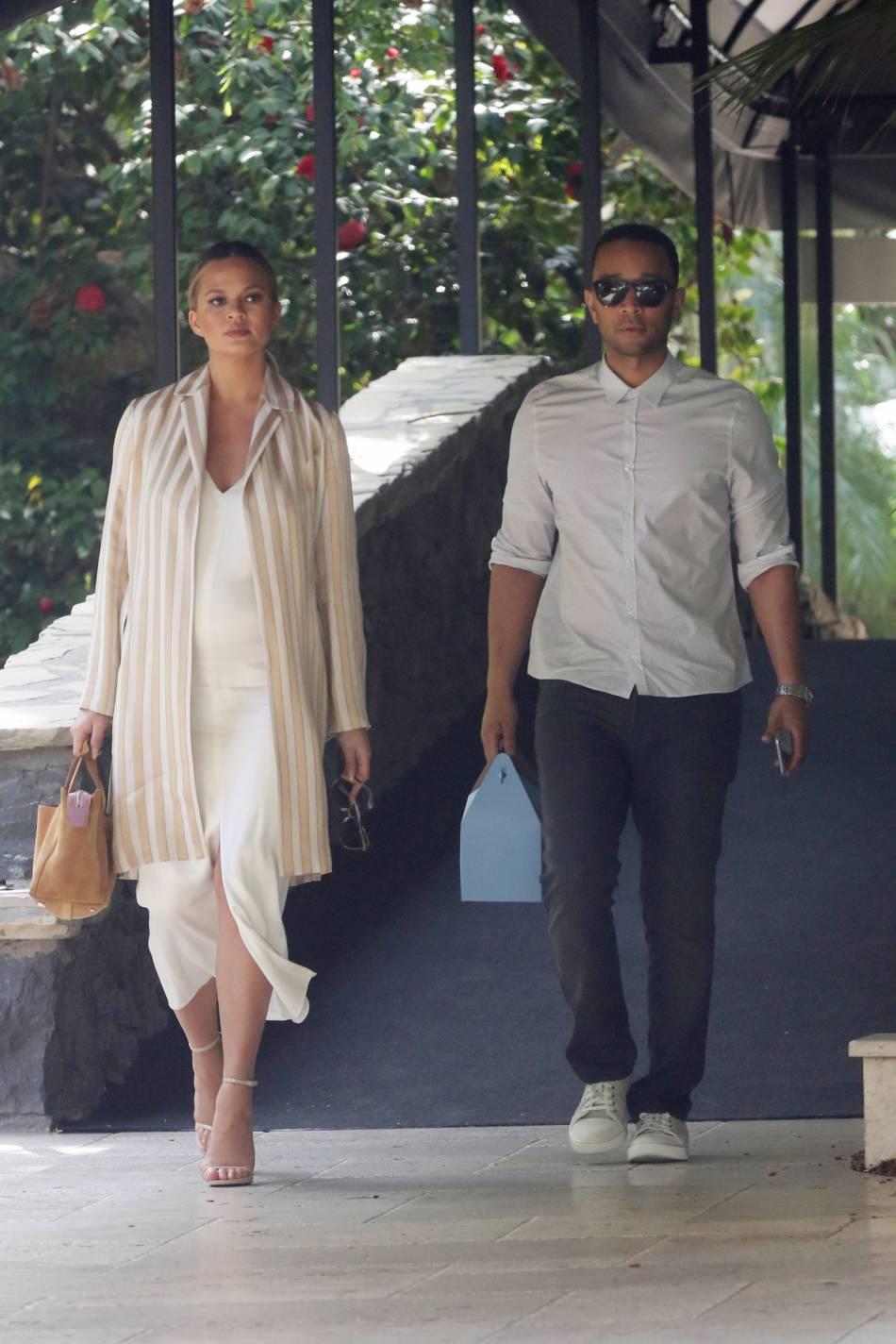 Chrissy Teigen accompagnée de son chéri John Legend pour un déjeuner en amoureux.
