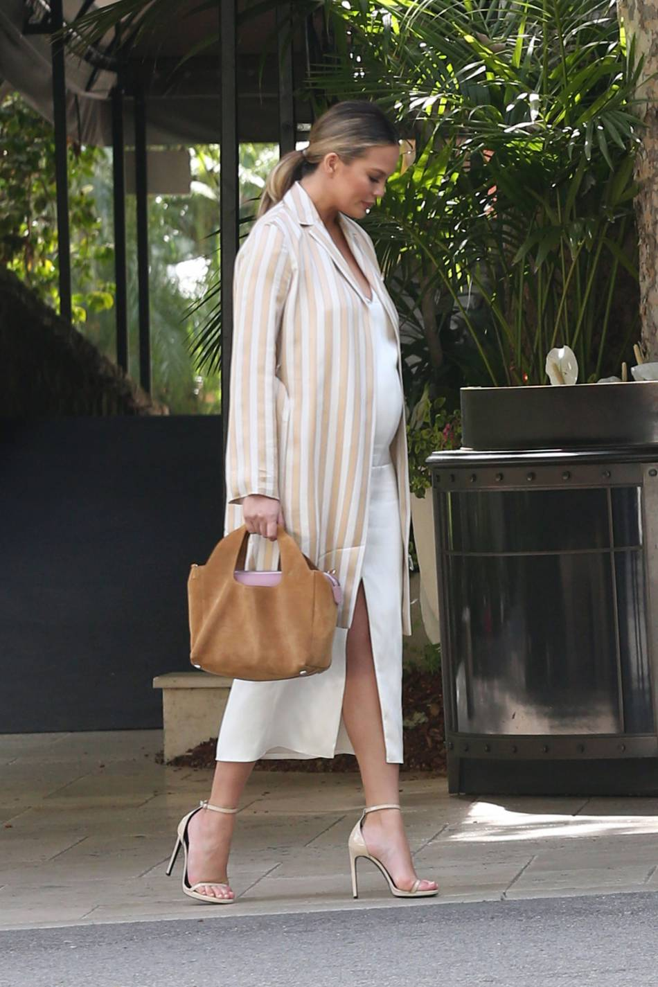 Chrissy Teigen : enceinte de 6 mois, elle ose les talons hauts.