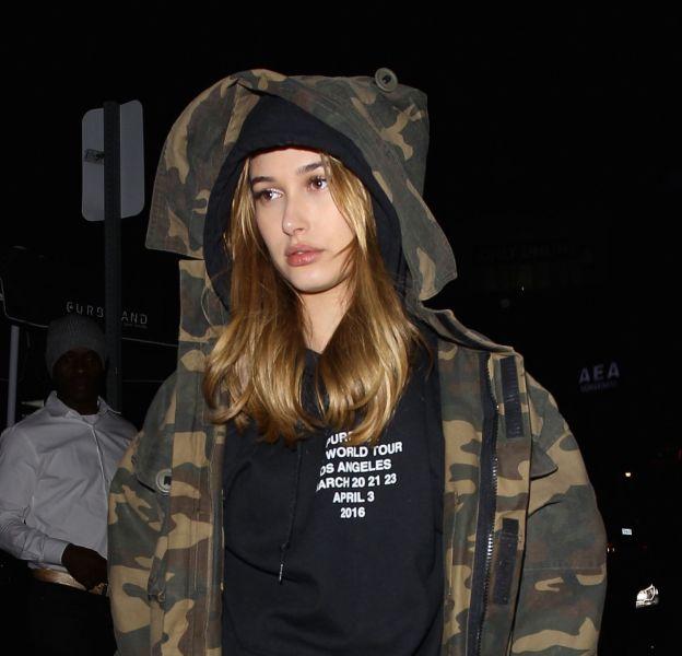 Hailey Baldwin ose le short culotte à Los Angeles.