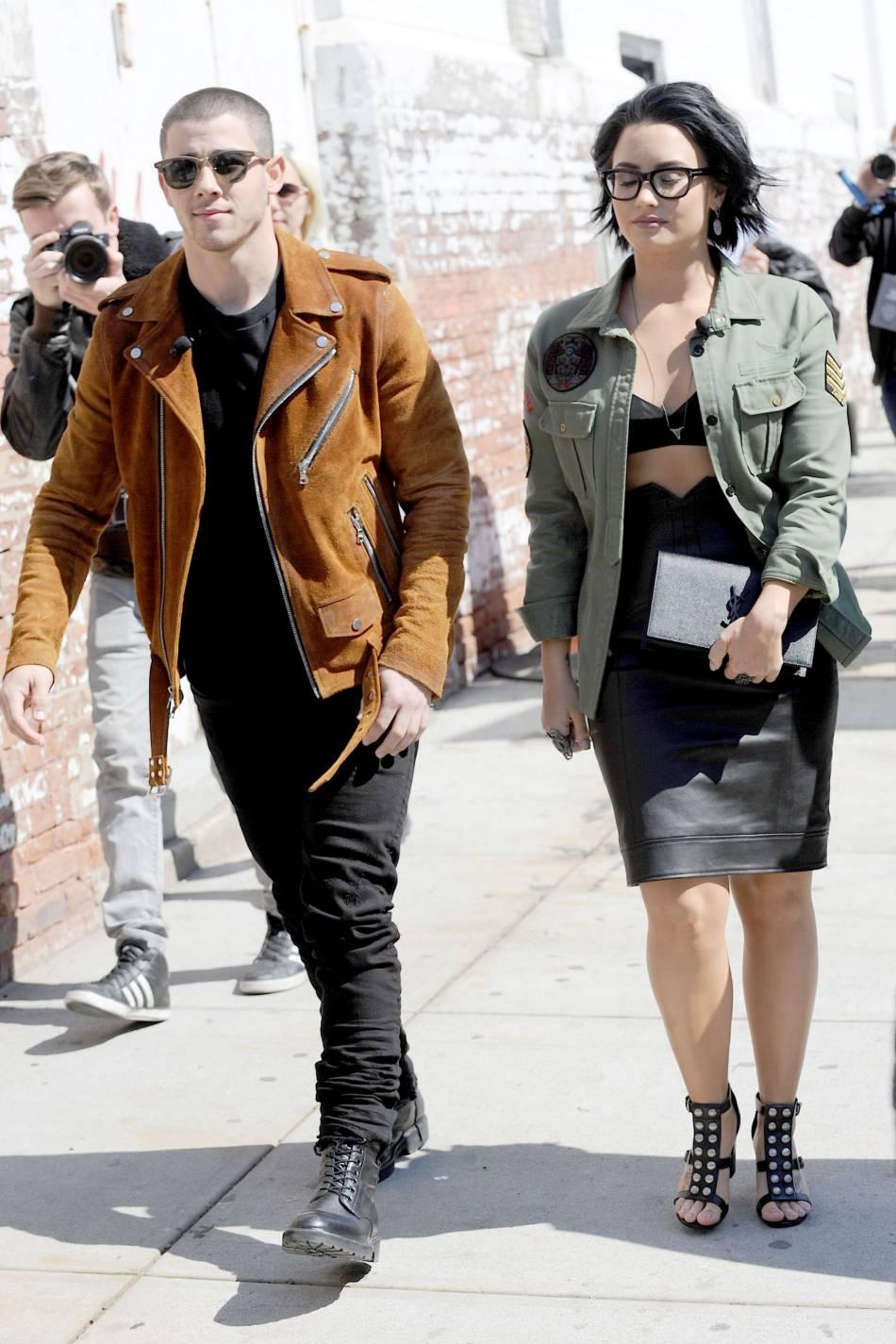 Demi Lovato opte pour un look rétro glamour.