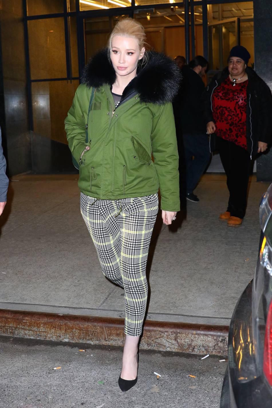 Après le show, Iggy Azalea a dégainé la doudoune verte pour éviter le coup de froid.