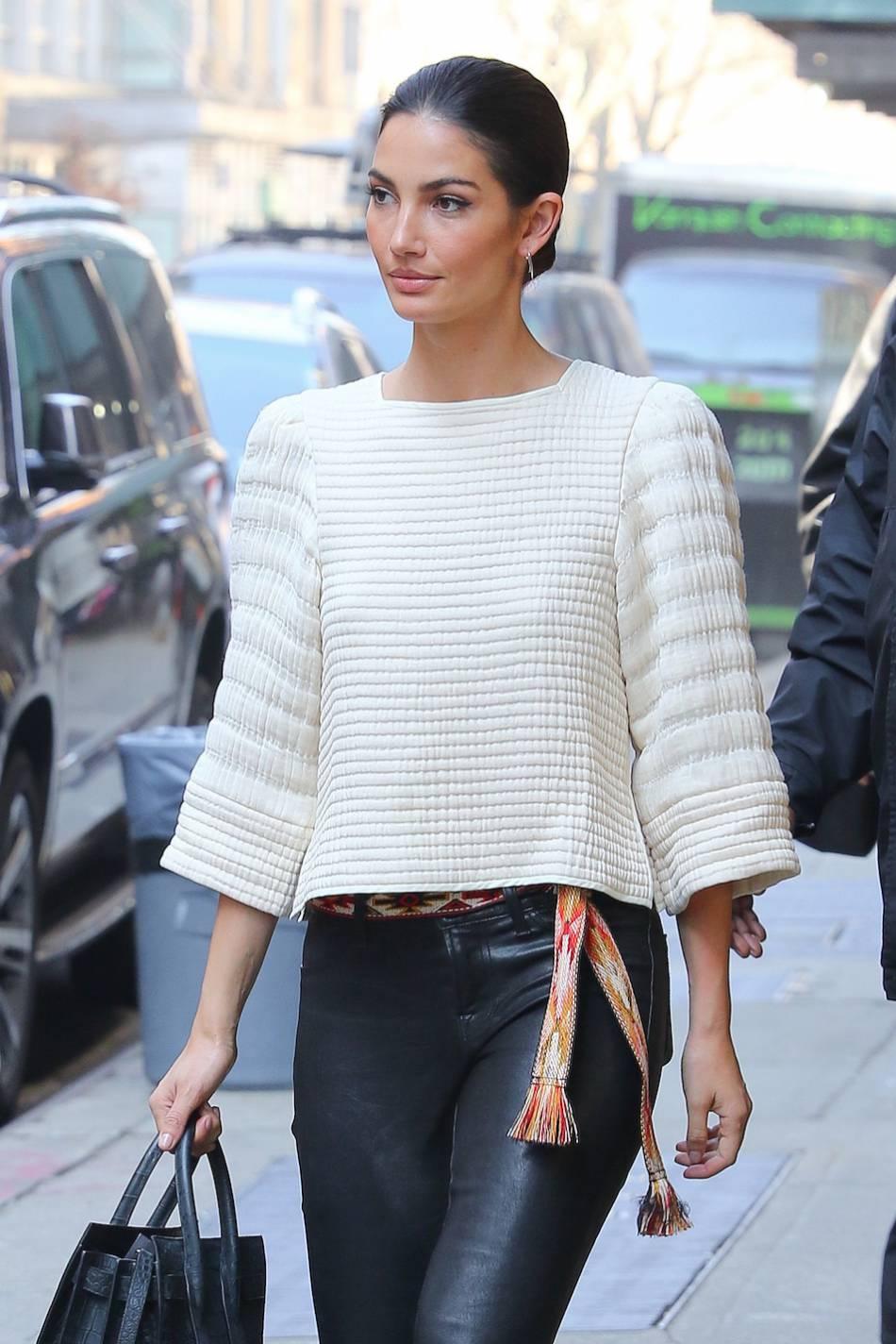 Lily Aldridge, pompon et oreilles de lapine, le top model est ultra sexy.