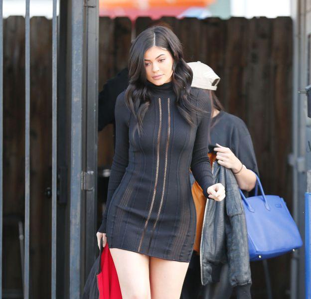 Kylie Jenner dévoile sa cambrure renversante dans une micro robe transparente.