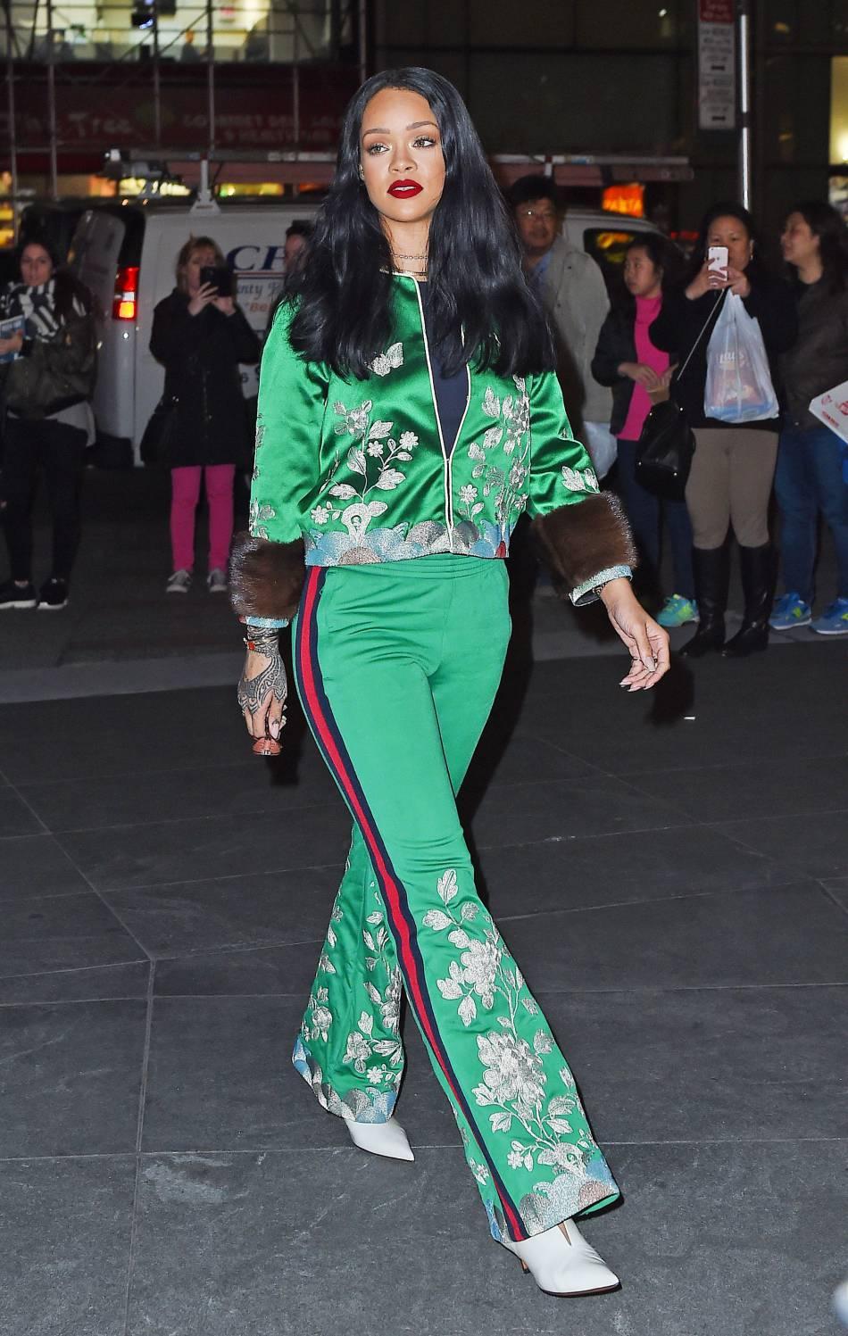 Rihanna moulée dans sa tenue originale.