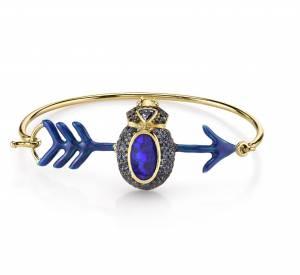 """Bracelet """"Cupid"""" en or jaune, émail, diamants noirs et saphirs bleus."""