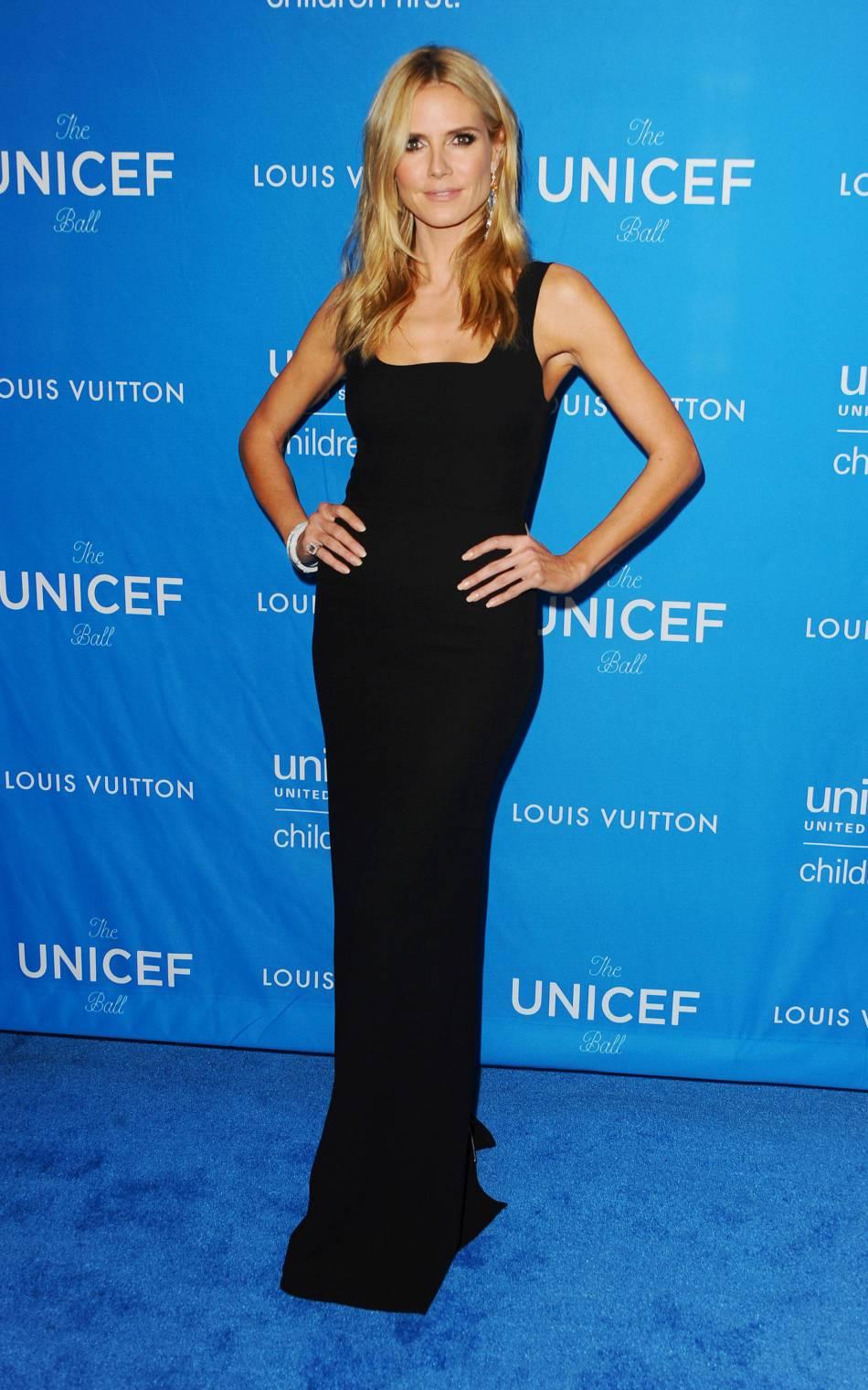 Heidi Klum prend la pose pour sa collection de lingerie.