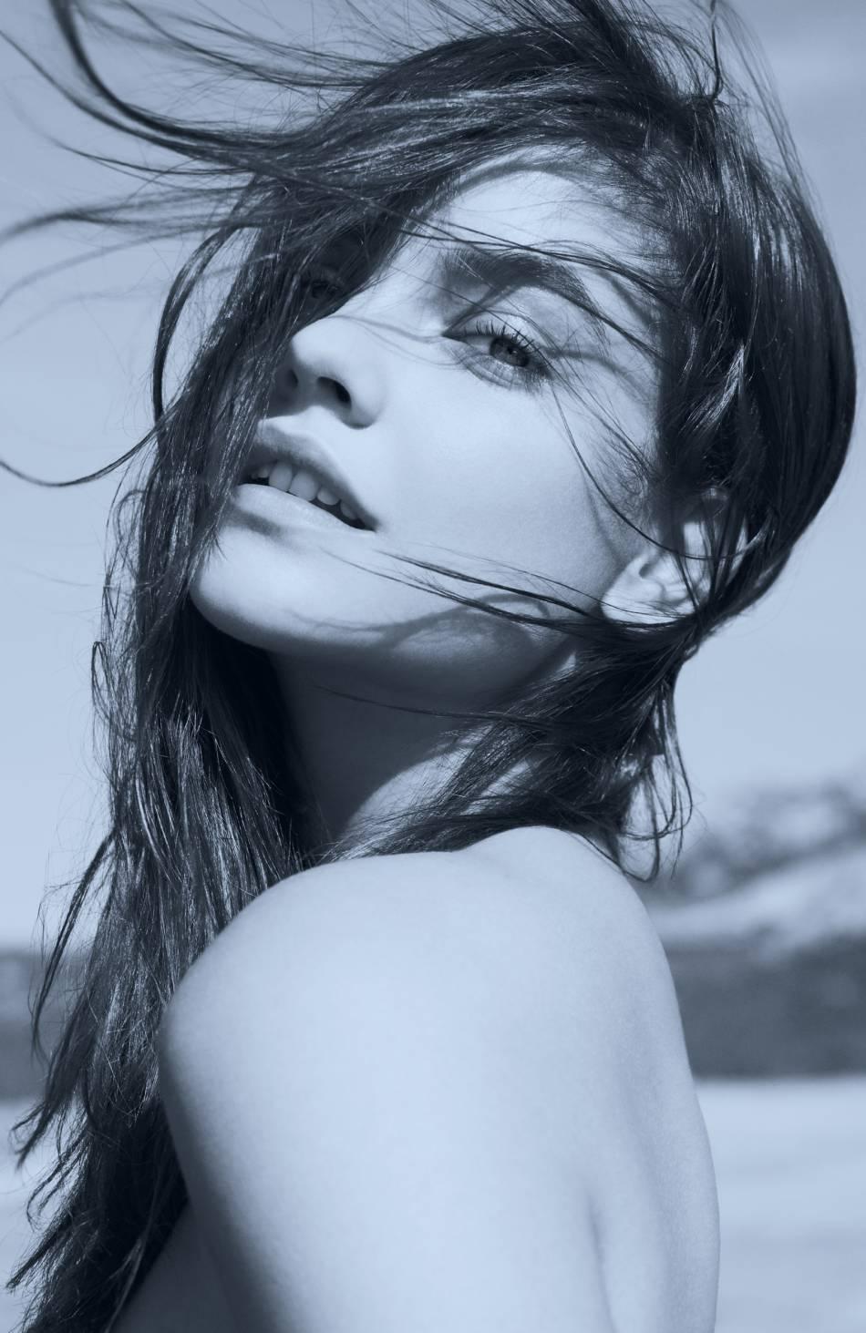 Consécration pour Barbara Palvin : à seulement 22 ans, elle devient égérie pour une fragrance Armani.