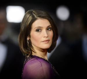 Gemma Arterton, belle à tomber sur le red carpet des Olivier Awards, le 3 avril 2016.