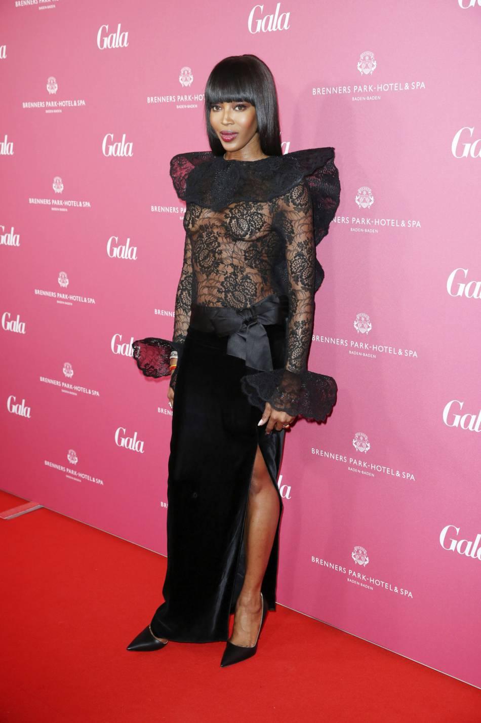 Naomi Campbell, sans soutien-gorge sur le tapis rouge.