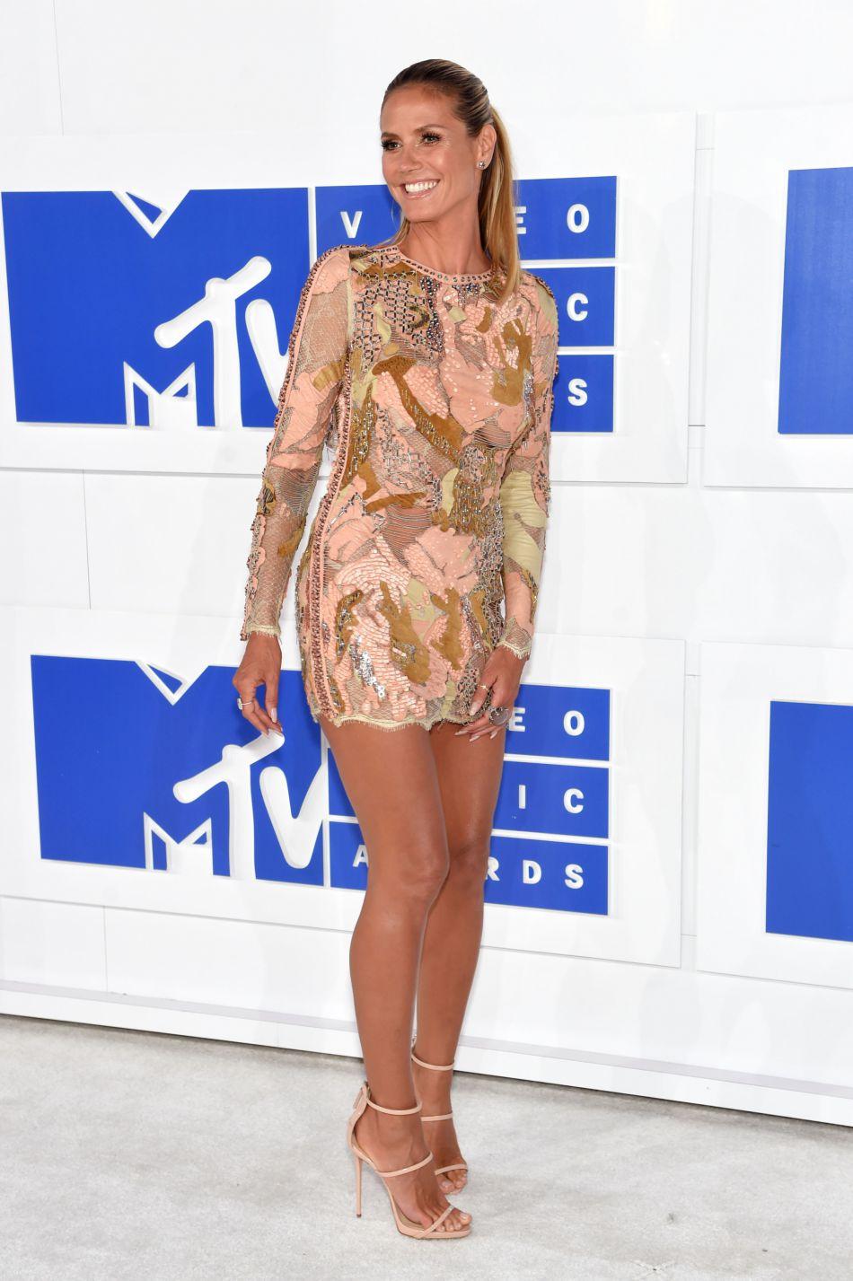 Avec cette robe Giuseppe Zanotti, la star est sexy à souhait.