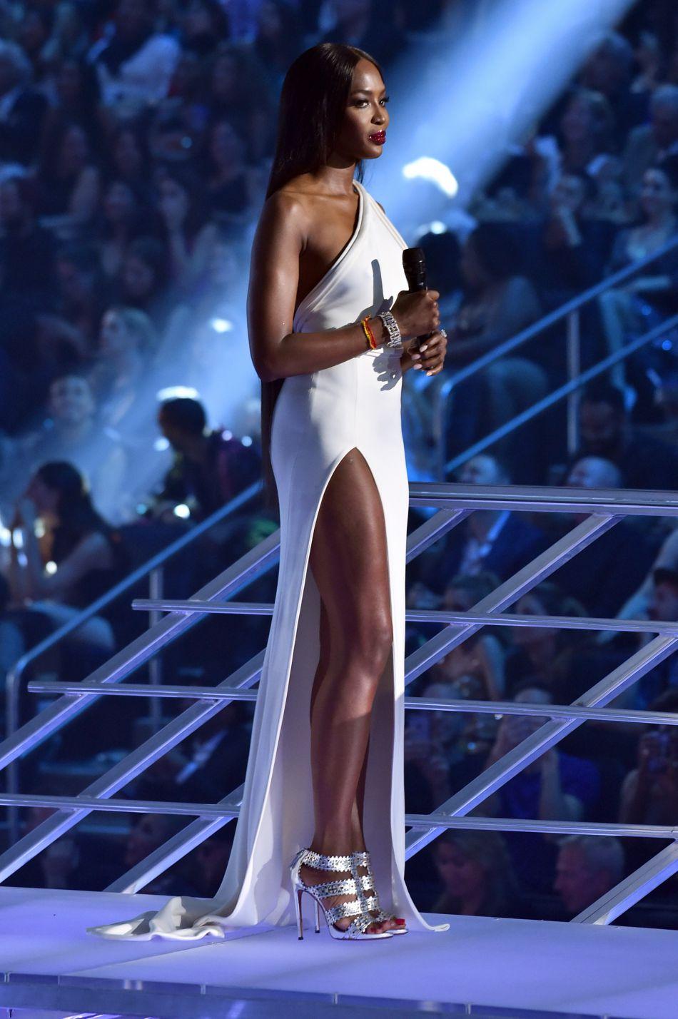 Toujours aussi chic, Naomi Campbell est séduisante sans trop en faire.