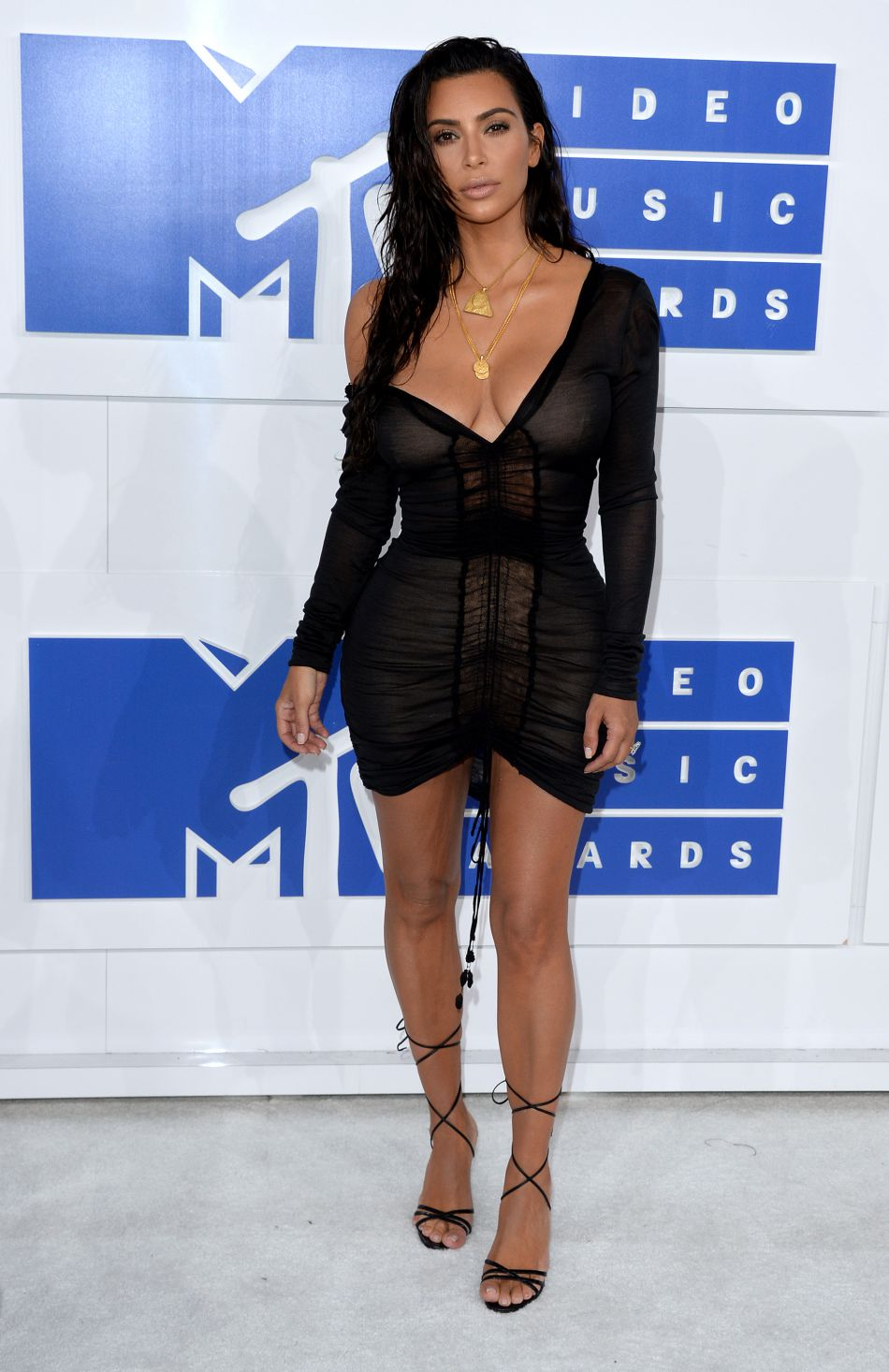 En robe noire transparente, Kim Kardashian est toujours aussi sexy.