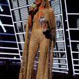 Beyoncé mise sur une tenue gold très décolletée.