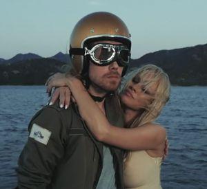 """Pamela Anderson s'invite dans le nouveau clip de Julien Doré, """"Le Lac""""."""
