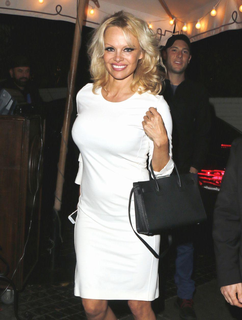 """A 49 ans, Pamela Anderson n'a aucun mal à séduire Julien Doré dans le clip du """"Lac""""."""