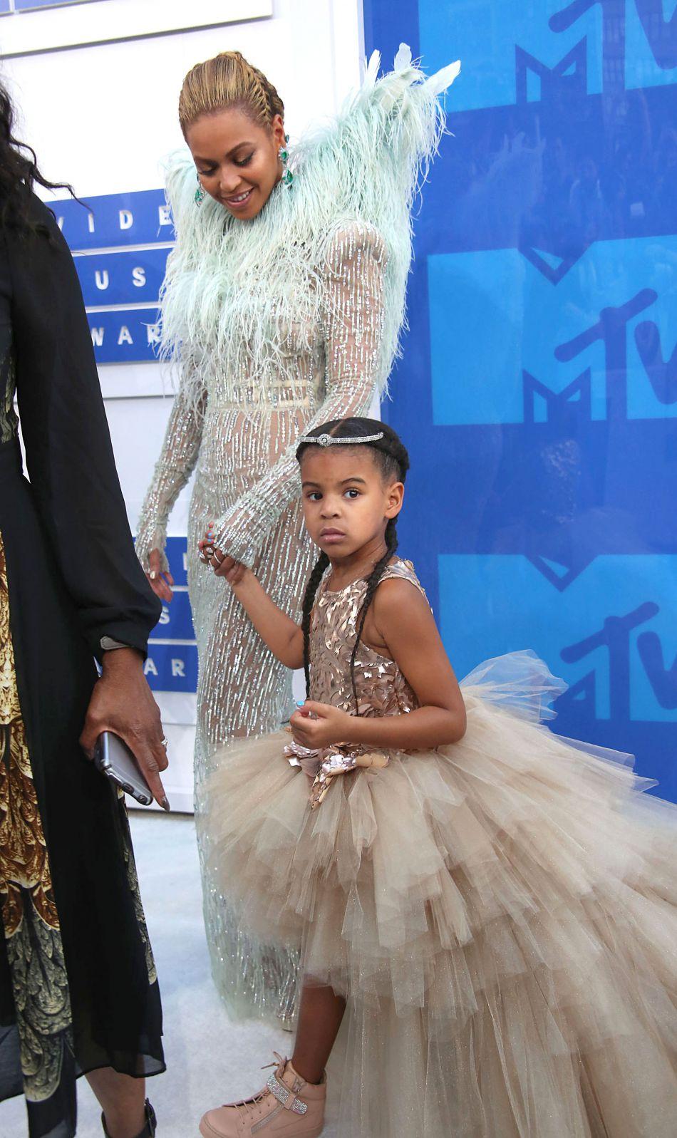 9e9f1742dab64 Au bras de sa maman Beyoncé