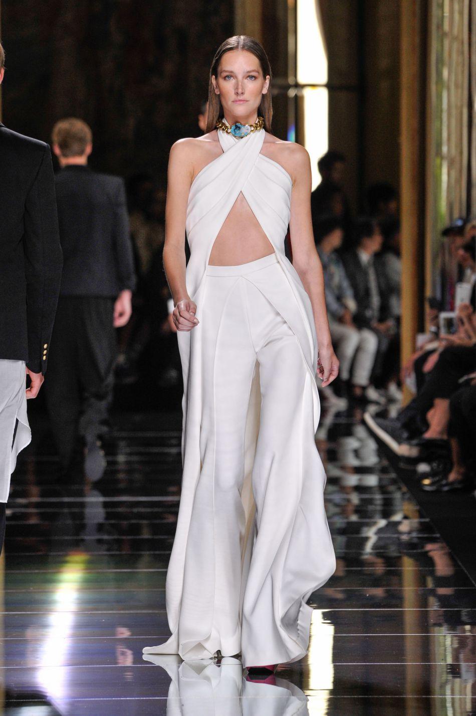 En total look blanc, Joséphine Le Tutour impressionne.