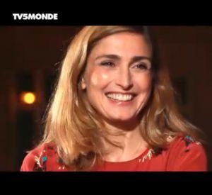 """Julie Gayet se dévoile à coeur ouvert dans """"L'invité"""" de TV5 Monde."""