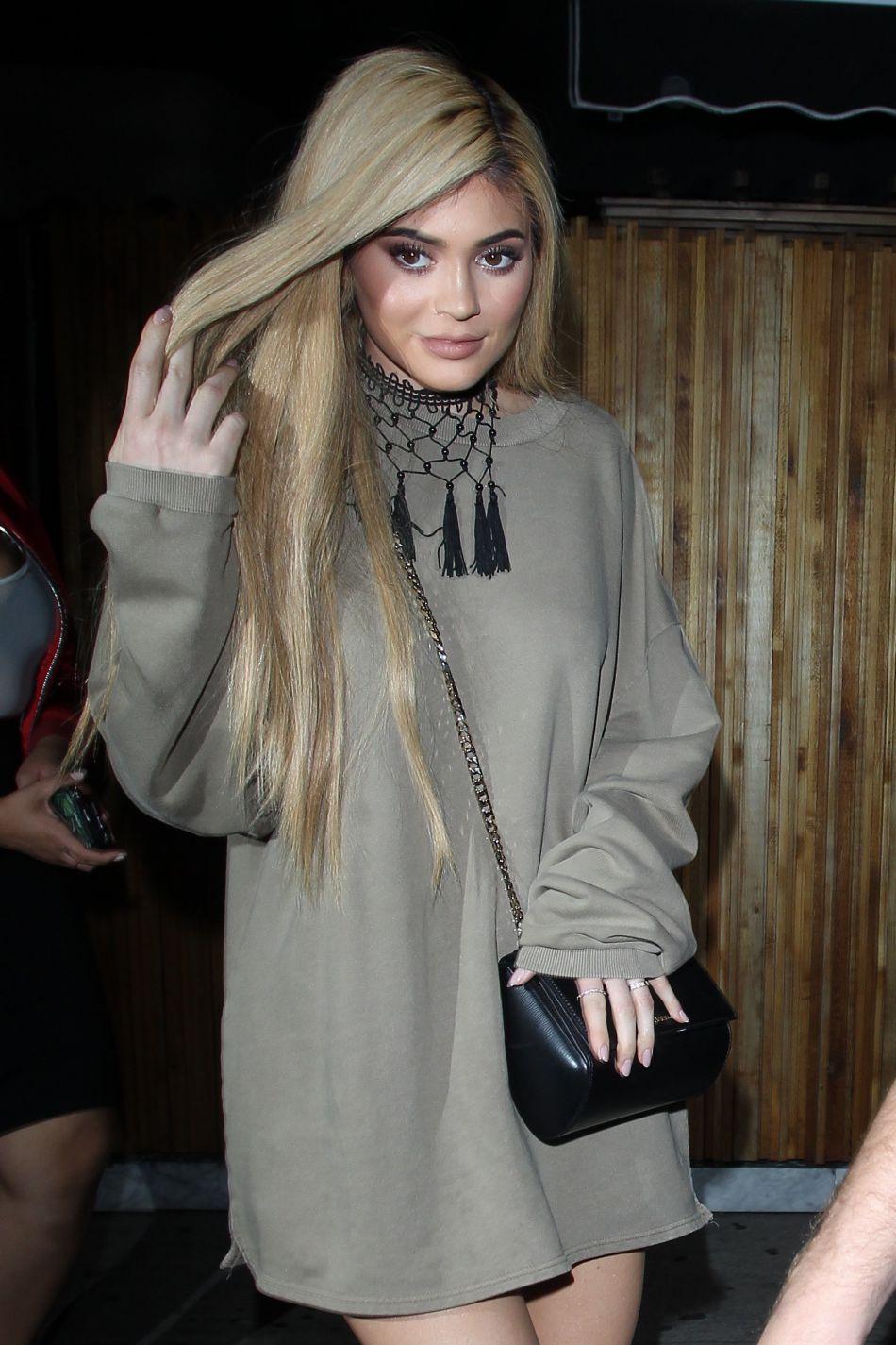 Kylie Jenner a décoloré ses cheveux en blond.