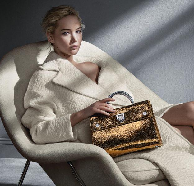 Le sac Diorever gold est plus désirable que jamais dans les bras de Jennifer Lawrence.