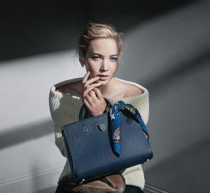 Avec un foulard pour l'habiller, ce sac Dior est très féminin.