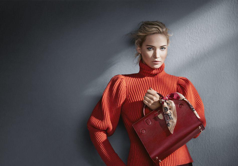 Du pull au finitions du sac, Dior fait un sans-faute avec ce visuel de campagne.