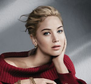 Chaine enroulée autour du poignet, Jennifer Lawrence ne fait qu'un avec son nouveau sac Dior.