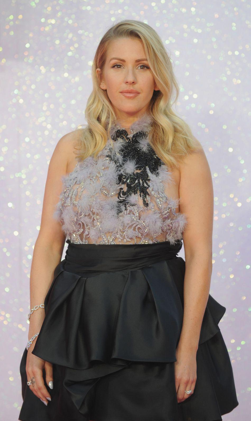 Ellie Goulding foule le red carpet avec aisance dans sa robe dévoilant légèrement sa poitrine.