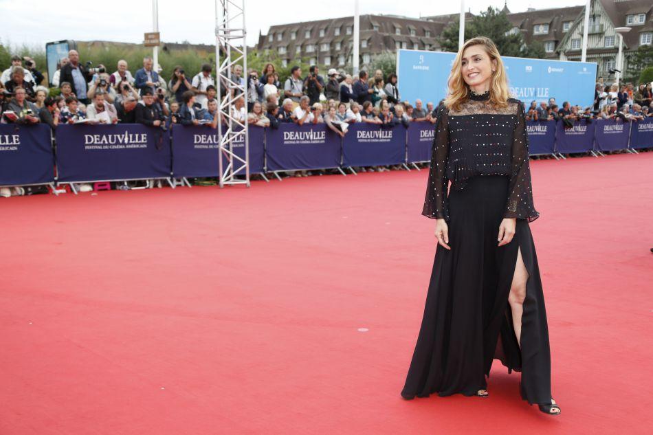 Julie Gayet mise sur le sex-appeal pour une fois, adoptant une robe noire fendue !