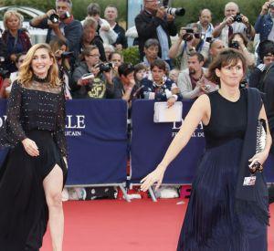 Julie Gayet dévoile ses jolies gambettes dans une robe fendue. Elle est sexy comme jamais !