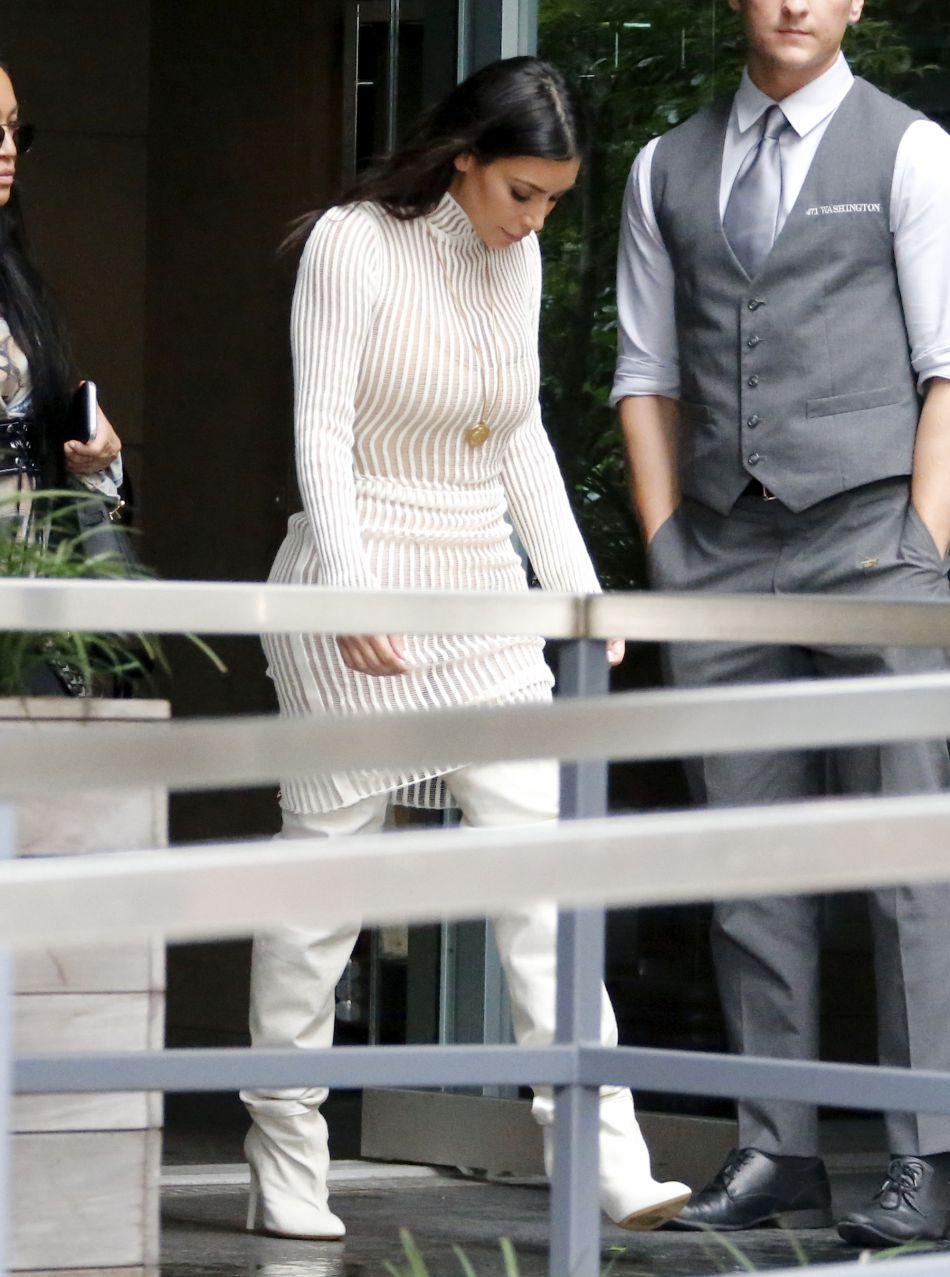 Kim Kardashian semble presque sage dans ce look blanc.