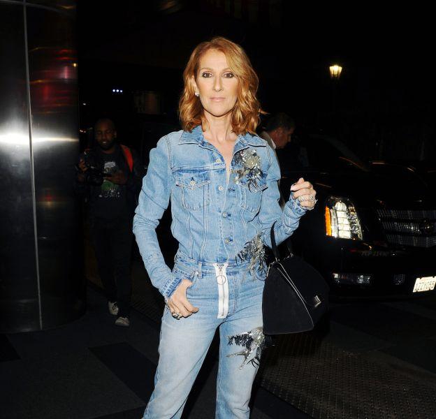 Céline Dion fait sensation dans un look tout en denim.