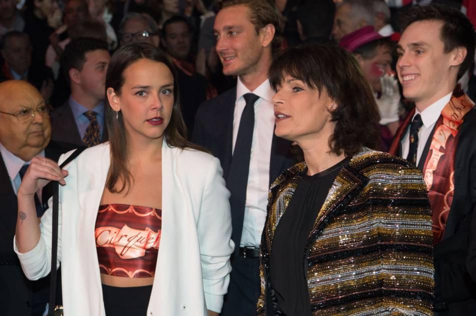Pauline Ducruet, sa mère Stéphanie de Monaco, et en arrière-plan Pierre Casiraghi et Louis Ducruet.