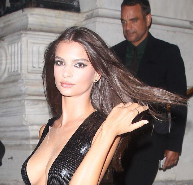 Emily Ratajkowski s'affiche ultra sexy seins nus sous un débardeur transparent.