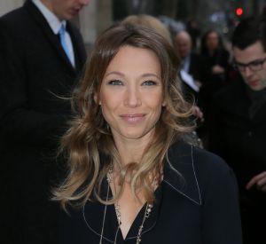 L'actrice de 32 ans pose en robe de chambre transparente.