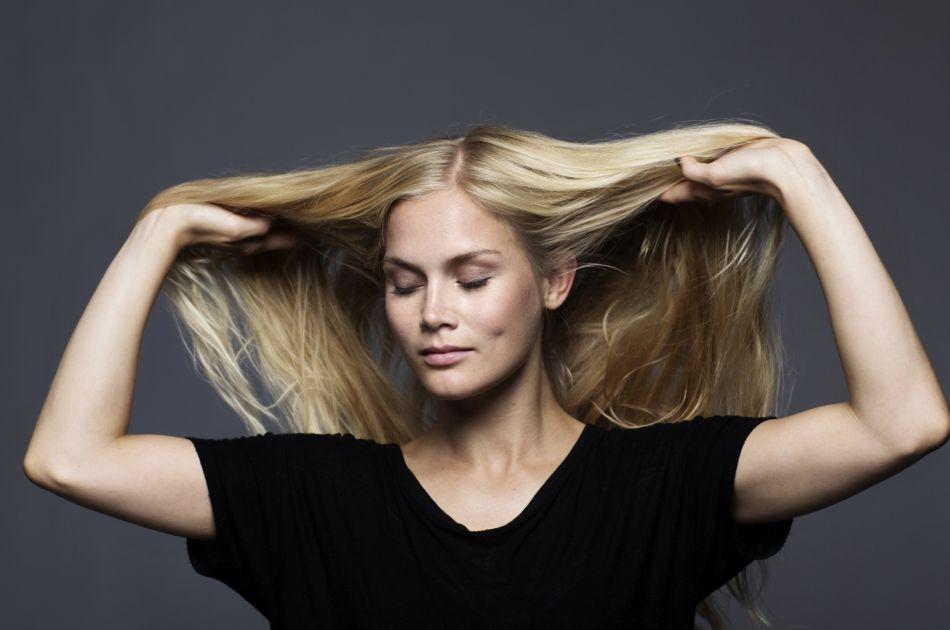 Donner un effet de volume à ses cheveux plats, c'est facile.