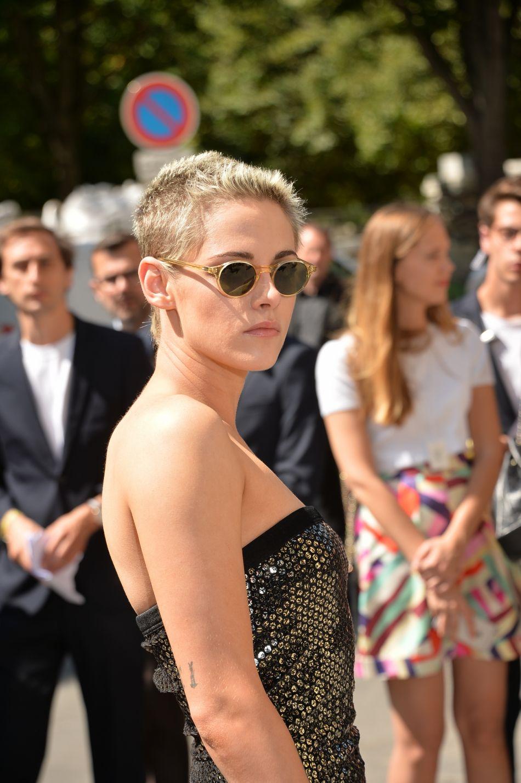 "Kristen Stewart affiche une pixie cut effet ""givré""."