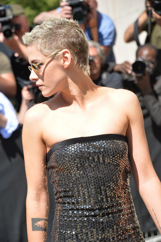 Kristen Stewart opte pour la coupe garçonne (très courte) et parsemée de mèches décolorées.