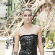 Kristen Stewart fait sensation avec sa tenue rock et glamour, mais aussi sa nouvelle couleur de cheveux, au défilé Chanel à Paris ce 4 juillet 2017.