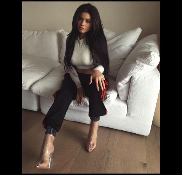 Sur Instagram, Kylie déchaîne les passions avec ses bottines transparentes.