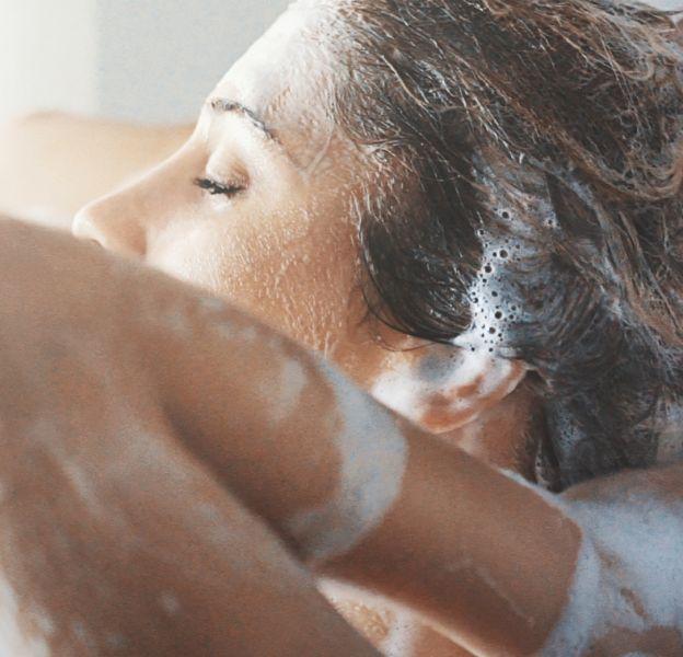 Faut-il se laver les cheveux le matin ou le soir ?
