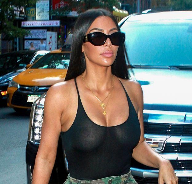 Kim Kardashian se balade sans soutien-gorge à New York, mardi 1er août 2017.