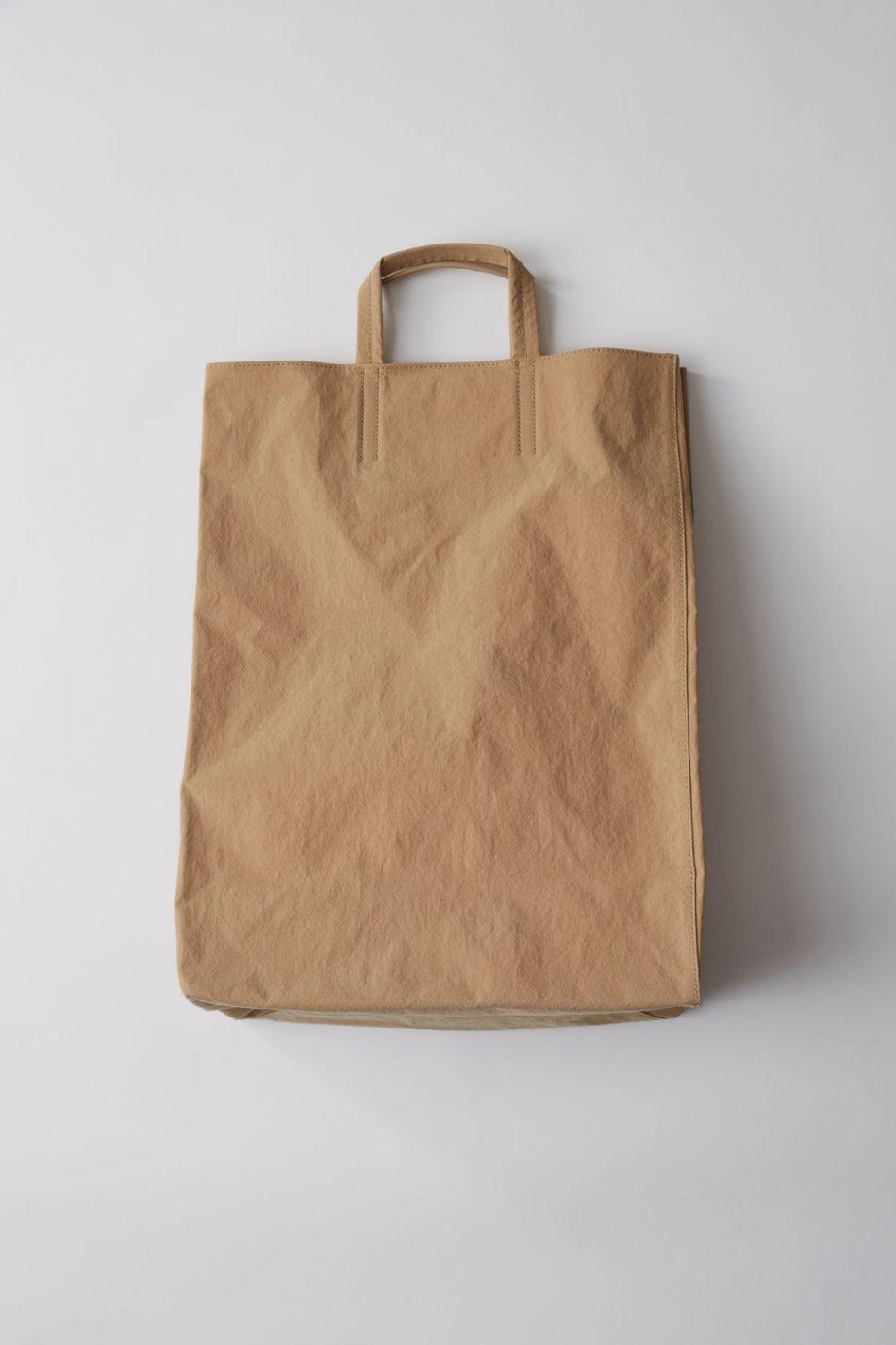 Acne propose sa version du sac en papier.